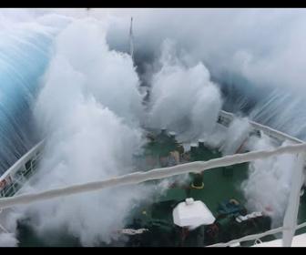 【衝撃】巨大なクルーズ船が大波の中を進む衝撃映像