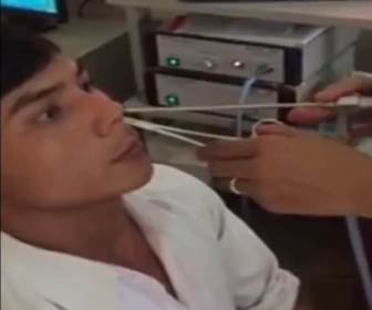 【衝撃】男性の鼻の中から大きなヒルを取り出す衝撃映像