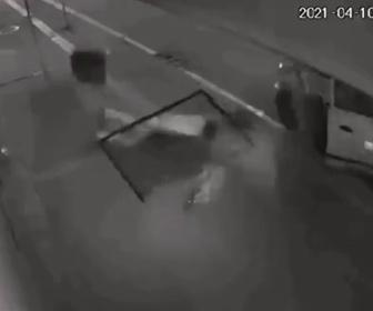 【衝撃】盗んだ荷物を2階から降ろしている泥棒が荷物を一緒に落下する衝撃映像