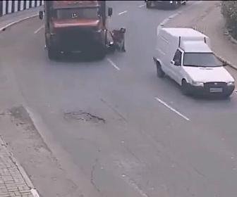 【事故】カーブで大型トラックとバイクが接触。ライダーがトラックの下に巻き込まれる衝撃映像