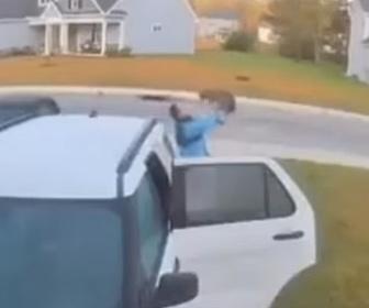 【動物】女性がボブキャットに襲われ男性が掴んで投げ飛ばす