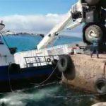 【事故】クレーンでコンテナを吊り上げ船に運ぶが、クレーンがバランスを崩し…