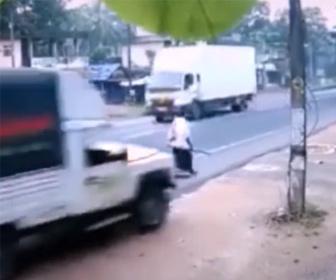 【衝撃】道の脇を歩く男性の横を猛スピードで車が通りすぎる衝撃映像