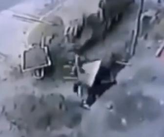 【衝撃】穴を掘っている作業員に手押し車が落下し直撃。意識を失う衝撃映像