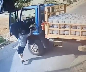 【衝撃】プロパンガスを大量に積んだトラックが動き出してしまい作業員が必死に追いかけ…