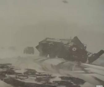 【事故】吹雪の中高速道路を走るトラックが事故で停車していたトラックに突っ込んでしまう