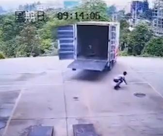 【事故】作業員がハンドパレットで大型トラックに荷物を積み込むがトラックが動き出し…
