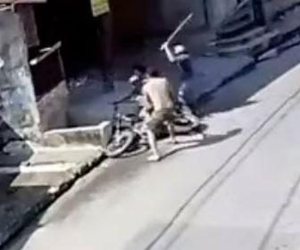 【強盗】バイクで逃げようとする強盗が男性2人にほうきでボコボコにされる衝撃映像