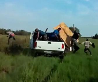 【衝撃】国境警備隊から必死に逃げる車。停車した車から大勢の人達が出てくる衝撃映像