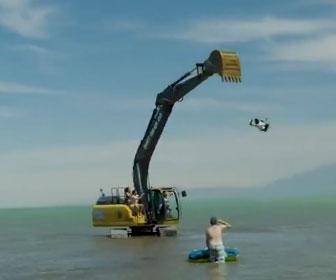 【衝撃】湖でショベルカーを使ったアトラクションで男性が大怪我を負ってしまう