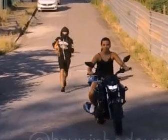 【強盗】バイクに乗った強盗が女性に襲いかかろうとするが…