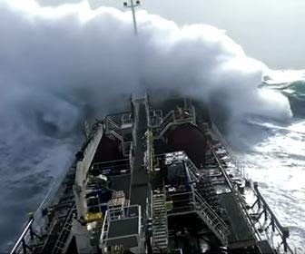 【衝撃】嵐で大波の中を進む巨大タンカー