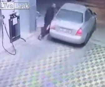 【衝撃】ガソリンスタンドで給油した車が料金を払わず逃げる