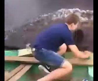 【動画】少年が小さなボートに飛び移ろうとするが失敗し…