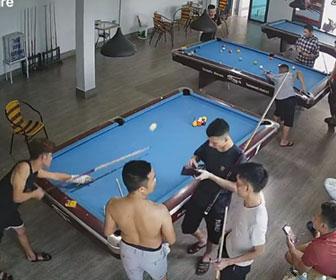 【衝撃】ビリヤード場でブレイクショットしたボールが隣のテーブルでプレイする男性の頭に直撃