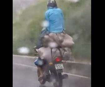 【事故】大量の荷物を載せて2人乗りするバイクが凄い
