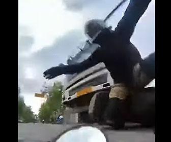 【事故】バイクが後ろから大型トラックに激突され転倒。ライダーがトラックに轢かれそうになるが…