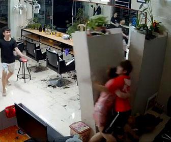 【動画】怒ったいる女性を男性が抱き寄せるがバランスを崩し棚を倒してしまう