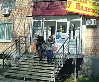 【動画】建物に入ろうとした女性2人に4階のバルコニーが崩れ落ちてくる衝撃映像