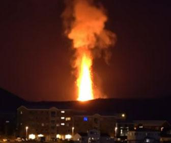 【自然】アイスランドで火山が噴火。300m上空まで溶岩噴出する衝撃映像