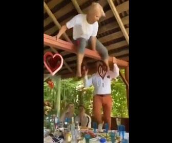 【衝撃】酔っ払った女性が柱に登るがバランスを崩しテーブルに落ちてしまう