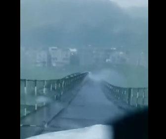 【自然】暴風雨で波打つ橋が怖すぎる衝撃映像