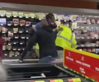 【喧嘩】ウォルマートの従業員が店内で喧嘩