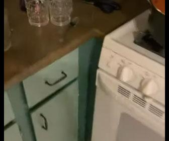 【面白】キッチンの引き出しを開けようとするが…