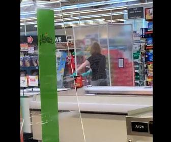 【衝撃】コロナ対策万全でスーパーに買い物にきた女性