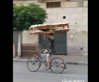 【凄技】大量のパンを自転車で運ぶ少年。バランス感覚が凄すぎる