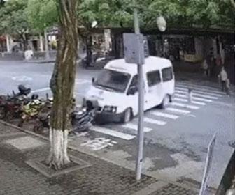 【衝撃】幼児が突然横断歩道を走り出し、猛スピードの車が急ブレーキをする…
