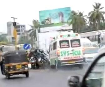 【事故】オートリキシャが道を譲らず、猛スピードの救急車が反対車線に突っ込み…