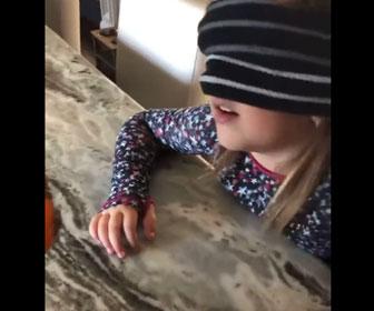 【面白】目隠しした少女がミカンに指を刺すが…母親が娘を騙すドッキリが面白い