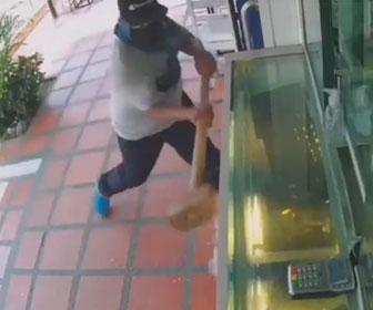 【強盗】男達が白昼堂々、宝石店のショーケースをハンマーで叩き割ろうとするが…