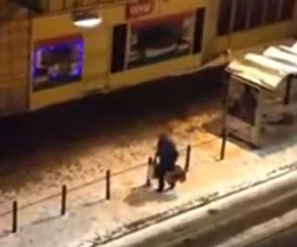 【衝撃】路面電車に乗り遅れた男性が衝撃の行動
