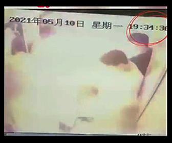 【衝撃】エレベーター内で電動自転車のバッテリーが爆発炎上する衝撃映像