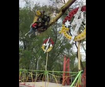 【事故】遊園地の絶叫アトラクションで客の足が階段に激突してしまう衝撃映像