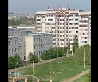 【衝撃】学校で銃乱射。子供達が窓から飛び降り必死に逃げる衝撃映像