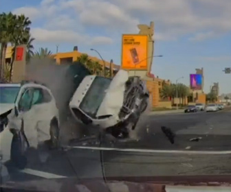 【事故】猛スピードのトラックが信号を無視して交差点に進入。車と接触して突っ込んでくる衝撃映像