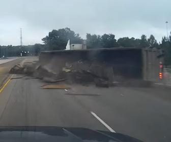 【事故】高速道路で合流してくるトラックがスピードを出しすぎ荷台が横転してしまう事故映像