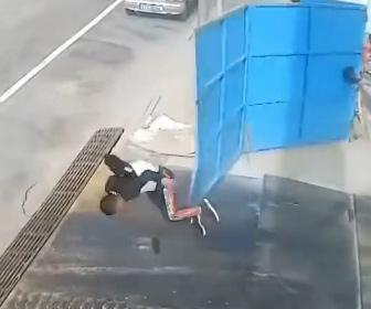 【衝撃】強風で鉄の門が開き男性が飛ばされる衝撃映像