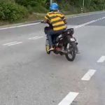 【事故】男性がバイクを発進させるがコントロールを失い茂みに突っ込む