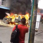 【衝撃】炎上する車に野次馬が集まるが、車が突然大爆発する衝撃映像