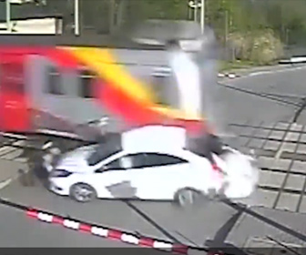 【事故】遮断器が下がっている踏切で無理に渡ろうとした車が電車に激突してしまう