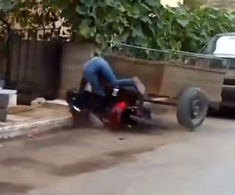 【事故】女性がバイクを発進させるがコントロールを失い駐車車両に突っ込んでしまう