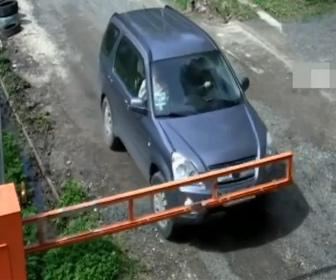 【衝撃】せっかちすぎる運転手。ゲートが開ききる前に車が発進し…