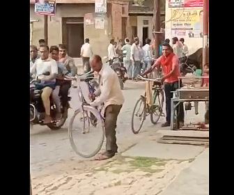 【衝撃】酔っ払ったおじさんが自転車に乗ろうとするが…