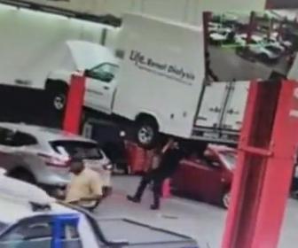 【衝撃】整備中の車が落下し自動車整備工が押しつぶされてしまう衝撃映像