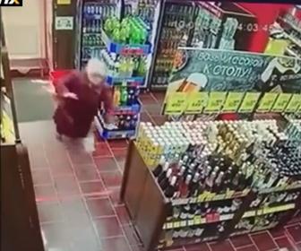 【衝撃】酔っ払った女性が入店直後に転倒、商品棚に突っ込んでしまう衝撃映像