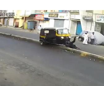【因果応報】オートリキシャに乗っている男が車道にいる犬を蹴り飛ばそうとするが…